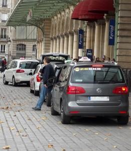 Pendant que la loi tarde à s'appliquer pour tous, les taxis sont contraints d'attendre.