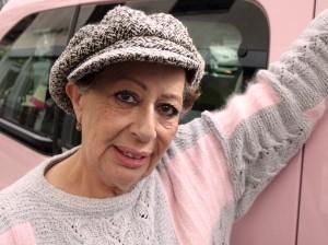 """""""Les taxis sont sympas et il faut le dire !"""", soutient Monique au volant de son taxi rose."""