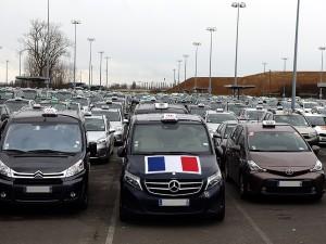 Malgré une forte baisse de l'activité, les taxis restent mobilisés sur les lieux de prise en charge.