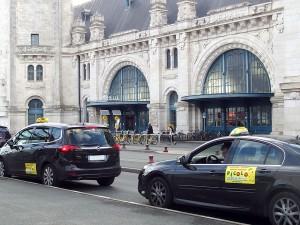 Dans toutes les villes de France , comme ici à la Rochelle, les taxis sont mobilisés pour défendre leurs entreprises.