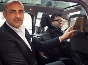 Hugues de Laubadère, concepteur de Médiasize en compagnie de l'un des chauffeurs partenaires de la solution.