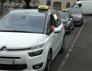 Diversifiant leur clientèle pour faire face à la saisonnalité de leur activité, les taxis rochelais attendent désormais que la technique les aident à optimiser leur disponibilité notamment aux heures d'affluence.