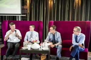 Confrontant les expériences de différents pays, la conférence a permis des échanges fructueux. De gauche à droite : Hubert Andela, président du groupe Taxi à l'IRU, Peter Szatmari de la Commission européenne, Pascal Smet, ministre de la Mobilité de Bruxelles et Simon Buggey des service municipaux de Londres. © Taxi & Mobility Update 2016.