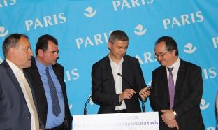 Christophe Najdovski hèle un taxi via l'application de la Mairie de Paris PARIS TAXIS. Il est entouré à sa Jean Benet (PPP) André Dorso et de Christophe Jacopin, Alpha TAxis. Photo E. Frezza - Gescop.