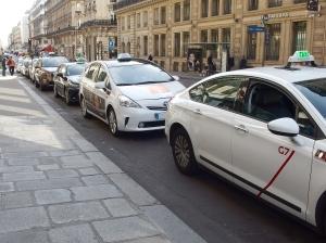 Face à la pénurie de clientèle, les taxis ont largement étendu leur temps de travail.