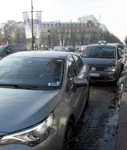 Champs-Elysées, Décembre 2016. Sans scrupule, certains chauffeurs de Loti n'hésitent pas à déposer en tête de station de taxi.