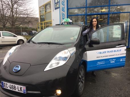 Vonlontaire pour perfectionner son entreprise, Radia, chauffeur de taxi parisien a testé la Nissan LEAF grâce au test organisé par Taxis Bleus.